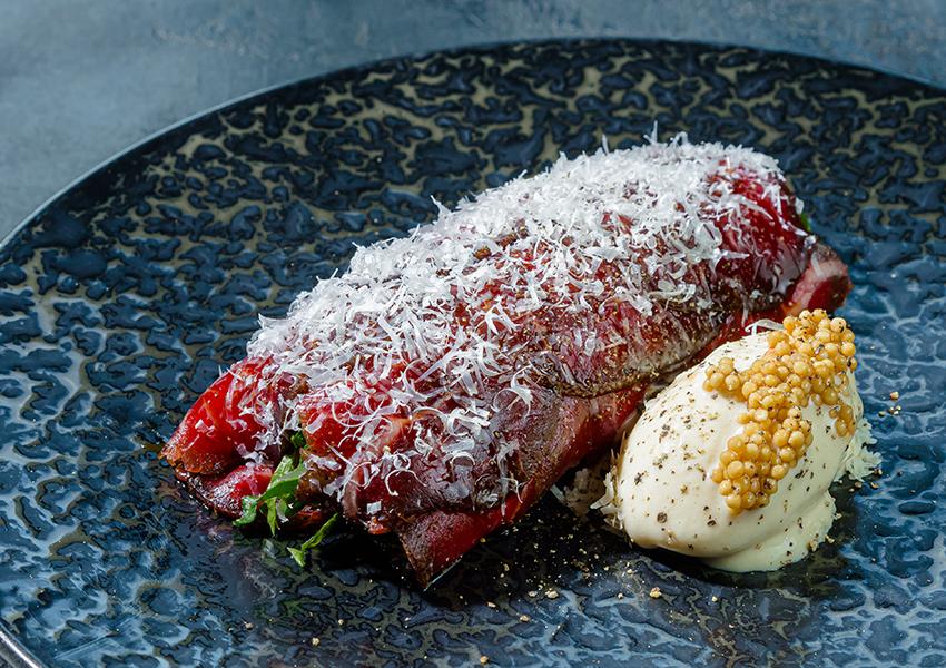 Ресторан SAVVA. Вяленая говядина и копченая свекла. Пармезан, мороженое с горчицей