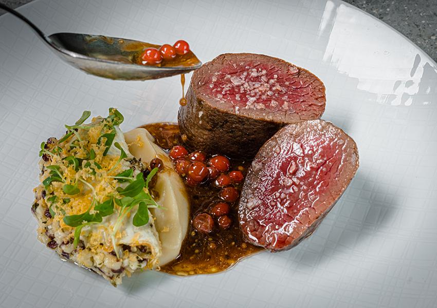Ресторан SAVVA. Филе оленя, ремулад из сельдерея, пастернак и горчичный соус