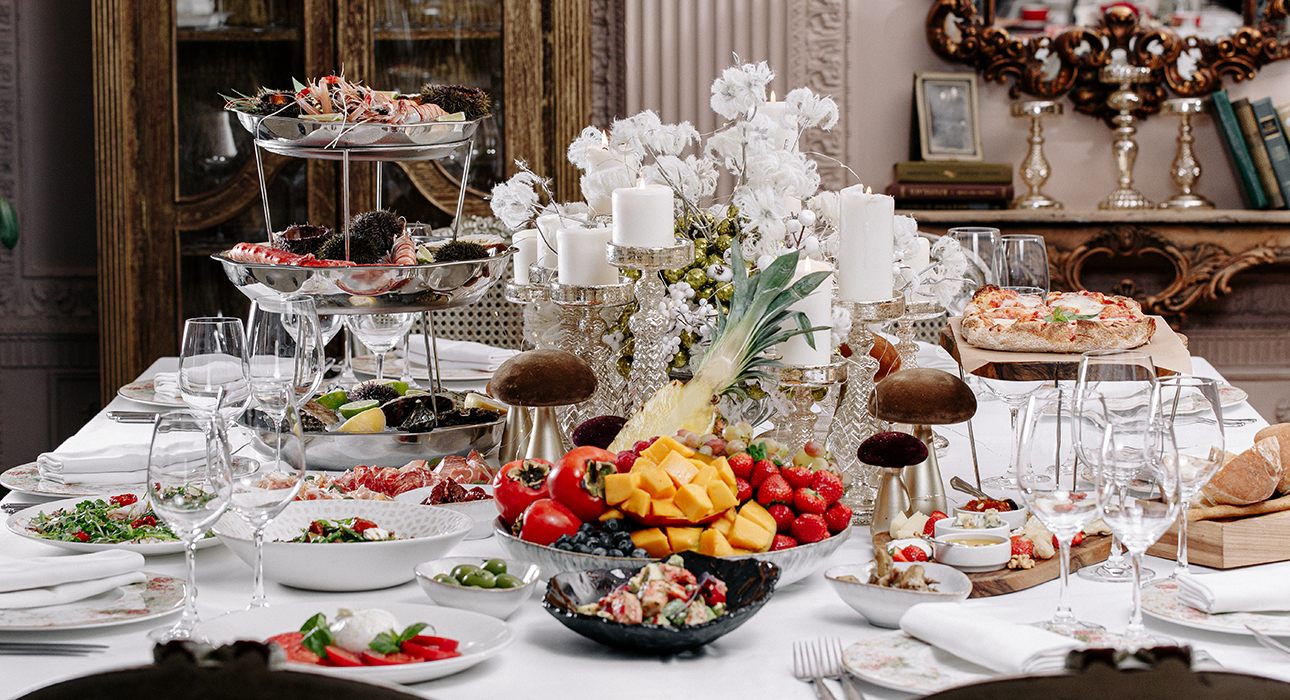 Новогодний стол навынос: коллекционные икорные наборы в «Белуге», продуктовые наборы в «Воронеже» и праздничные корзины в Christian