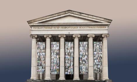 Фото дня: афиши, посвященные сотрудникам ГМИИ им. А.С.Пушкина,— нафасаде главного здания музея