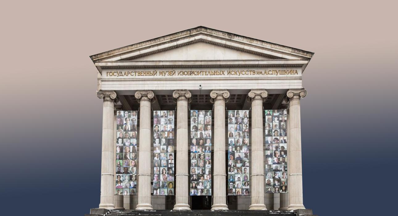 Фото дня: афиши, посвященные сотрудникам ГМИИ им. А.С.Пушкина, — на фасаде главного здания музея