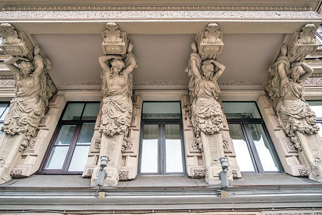 Книжная полка: «За фасадом: 25 писем о Петербурге и его жителях» Алексея Шишкина и Эли Новопашенной