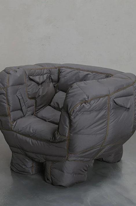 Фото дня: дизайнер Чин-Ён Ён делает мебель из нераспроданных пуховиков