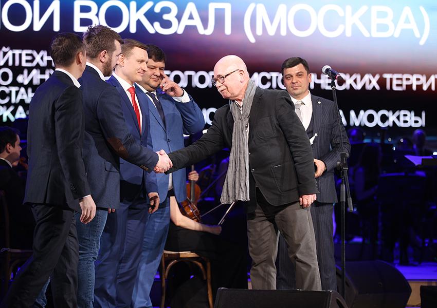 Евгений Асс вручает награду команде Северного Речного вокзала