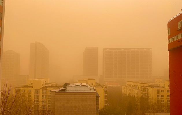 Фото дня: Пекин накрыла песчаная буря