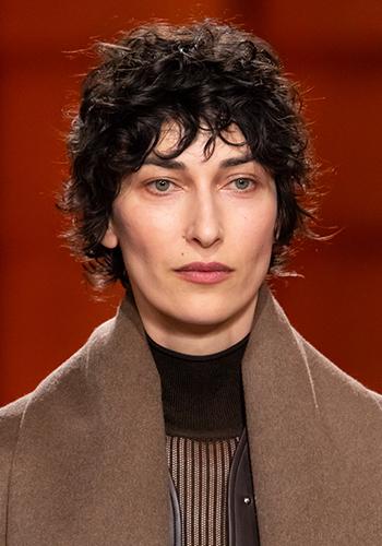 Макияж и аксессуары на показе Hermès осень-зима 2021