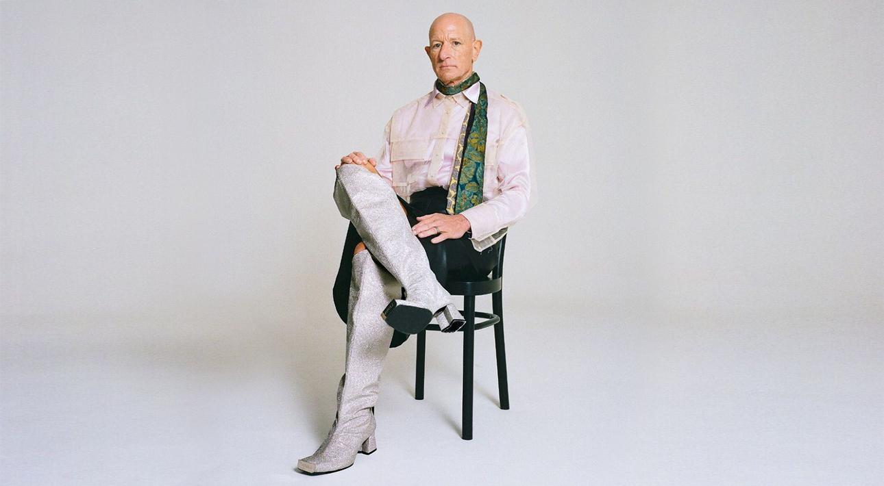 Марк Брайан — женатый парень, который любит женщин и носит каблуки