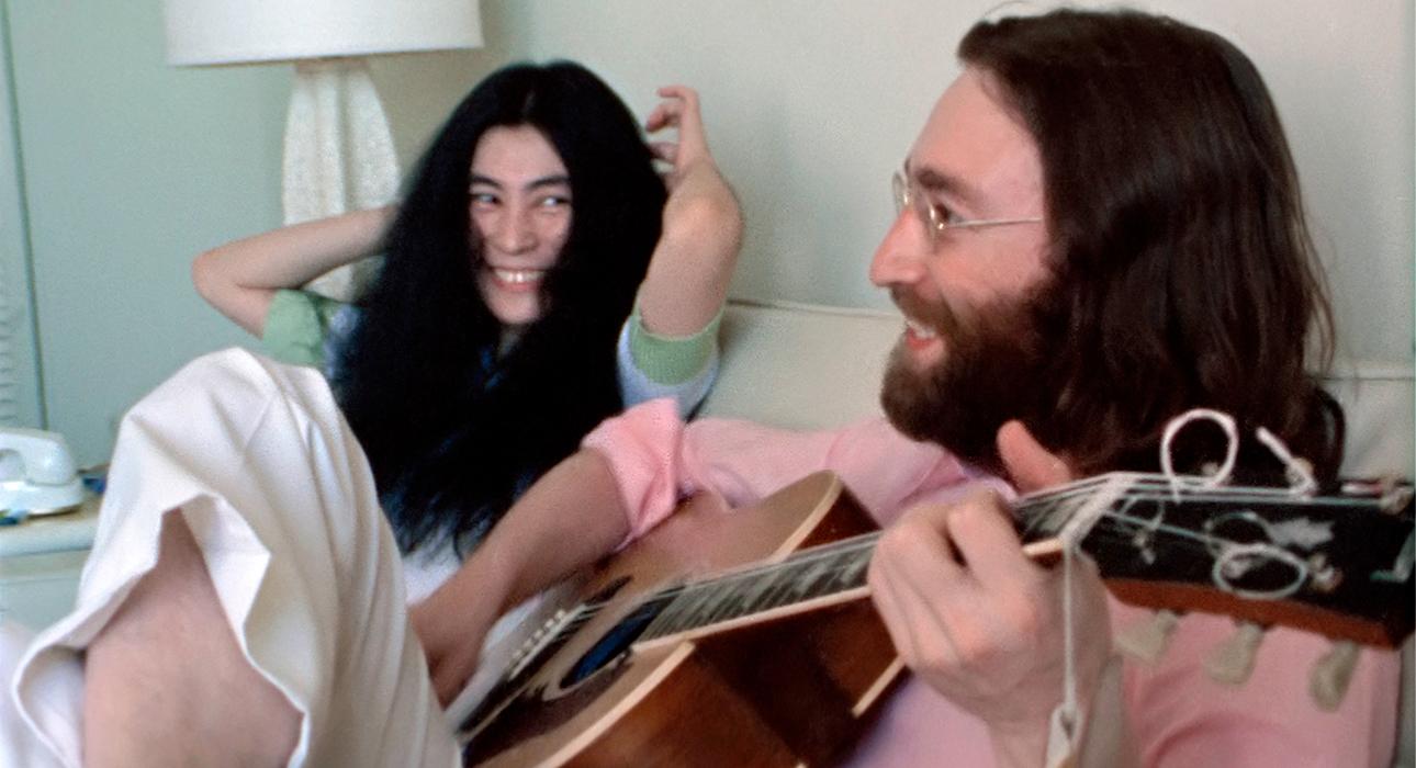 Видео дня: Джон Леннон исполняет песню Give Peace a Chance — запись сделана в 1969 году на Багамских островах