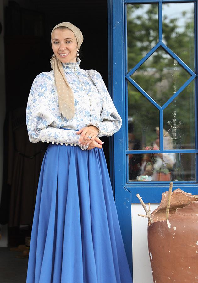 Хозяйка дома — настоящая казачка — в традиционном костюме.