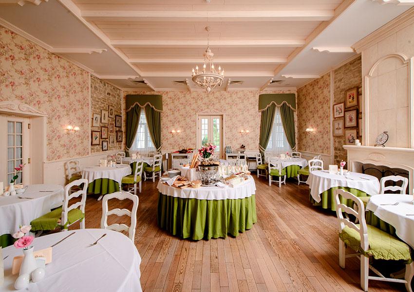 В бутик-отеле «Империал» есть ресторан домашней французской кухни со стильным интерьером и атмосферой Прованса
