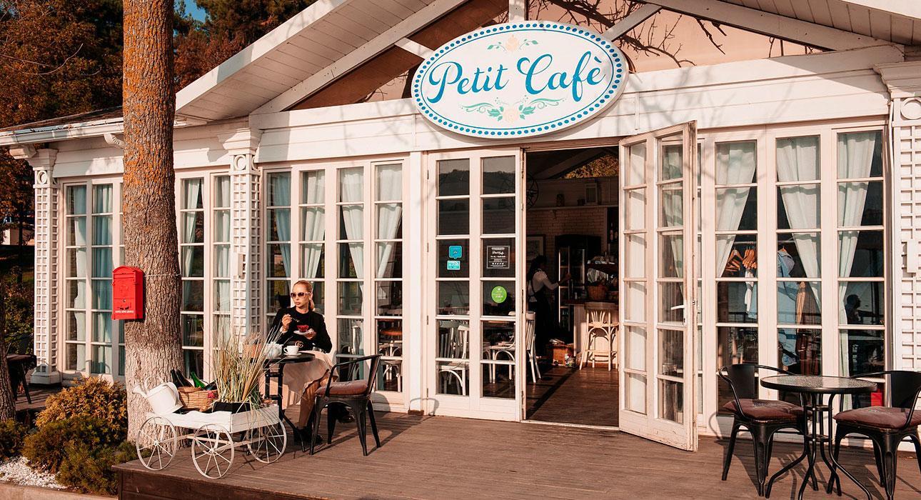 В Petit Cafe в районе отеля «Империал»