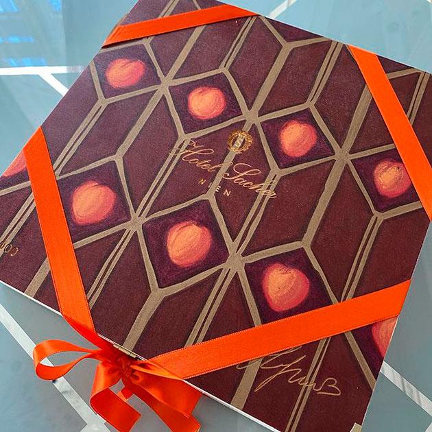 Анна Нетребко разработала дизайн коробки для торта Захер — все вырученные средства отправят на благотворительность