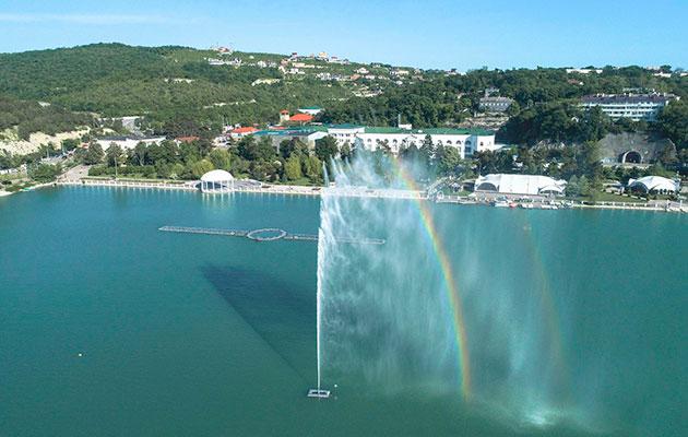 Два года назад на озере Абрау появился новый фонтан — мини-копия знаменитого швейцарского фонтана Же-До на Женевском озере