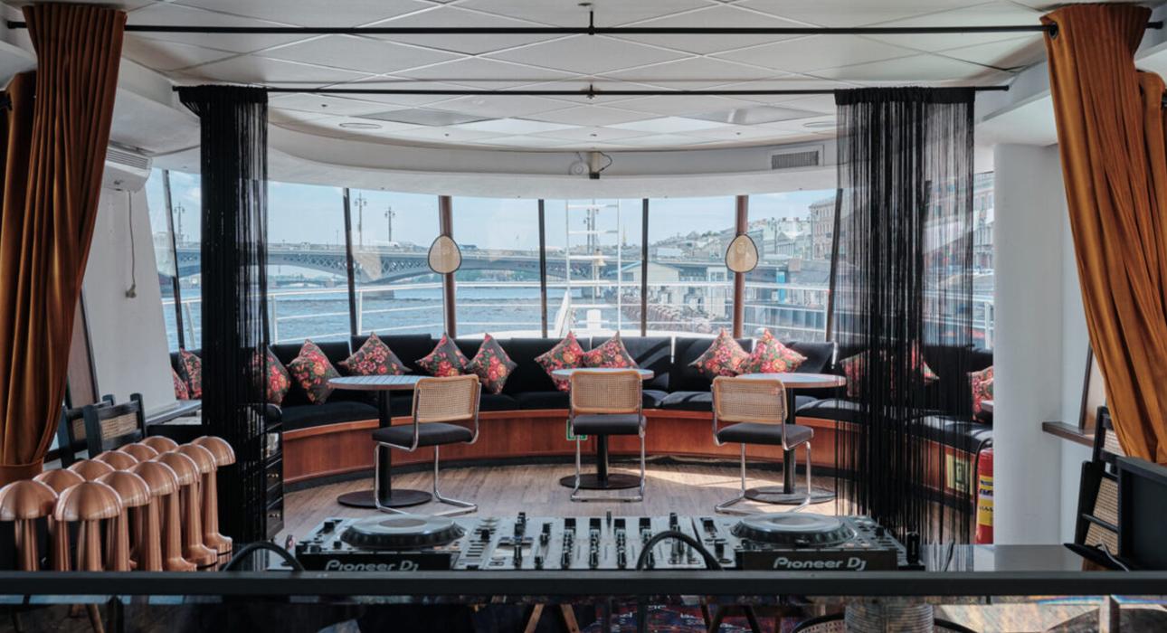 Едим не дома: новое японское бистро Coba Hand Roll Bar, гастроли Александра Лашуни в Sartoria Lamberti и двухпалубный ресторан-корабль Cruise by Kuznya House в Санкт-Петербурге