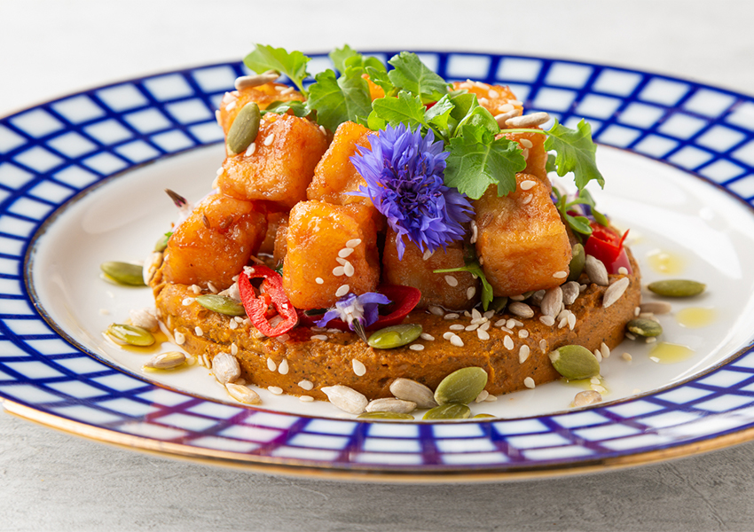 Острый азиатский тофу с морковным хумусом