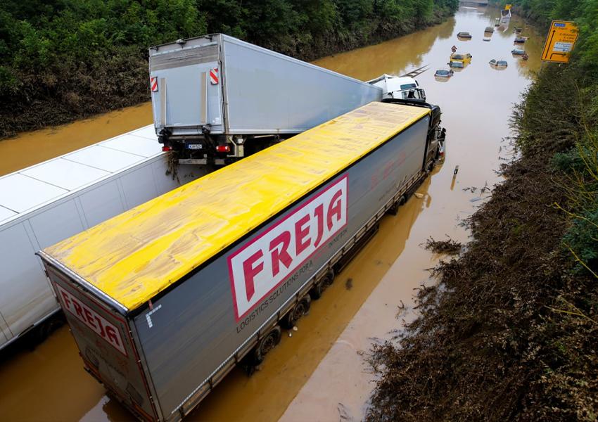 Грузовые машины застряли на затопленной ливнями дороге в Эрфтштадт-Блессеме, Германия, 17 июля 2021 года