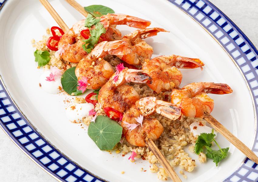 Шашлык из тигровых креветок, маринованных в тандури с жареной цветной капустой, кускусом, кинзой и свежим красным чили