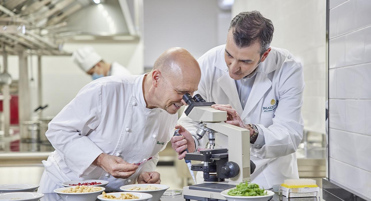 Шеф-повар Хайнц Бек и профессор Дэвид Делла Морте Коноши