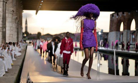 Style Notes: показ Valentino FW 20/21 в венецианском Арсенале — эклектика, буйство цвета и Алессандро Теолди