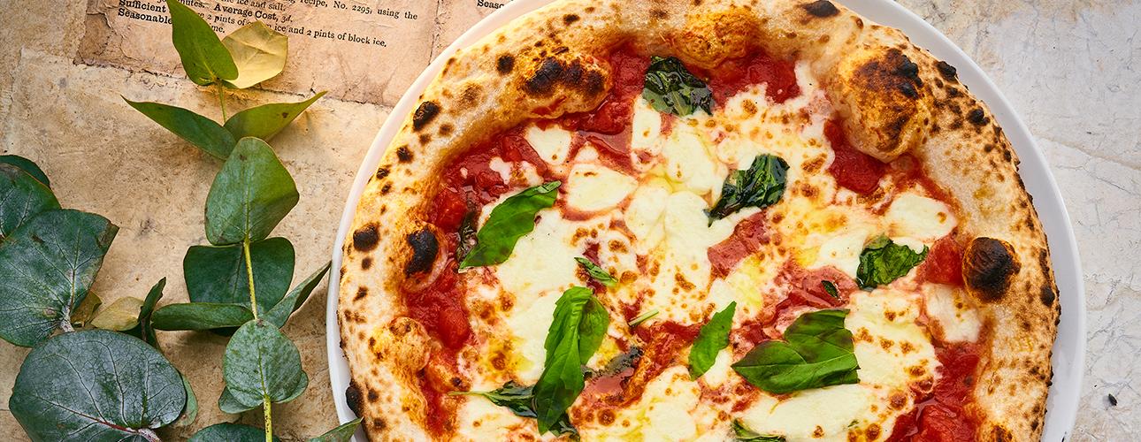 Едим не дома: неаполитанская пицца в «Фаренгейте», бранчи на веранде Novikov Restaurant&Bar и хиты кондитерского ателье EM Cake
