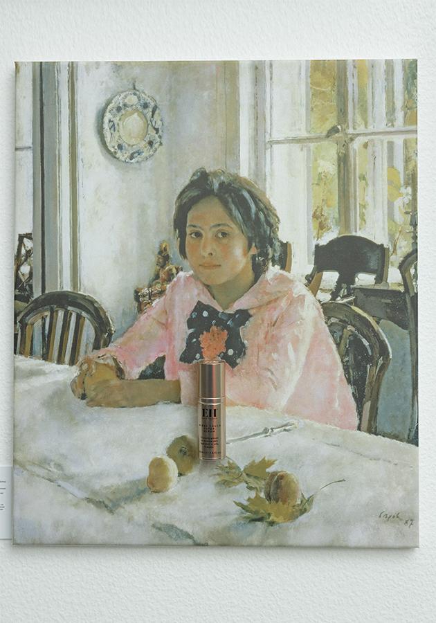 Сыворотка Emma Hardie на фоне картины Валентина Серова «Девочка с персиками»