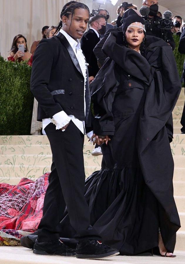 A$AP Rocky в костюме ERL и Рианна в платье Balenciaga couture