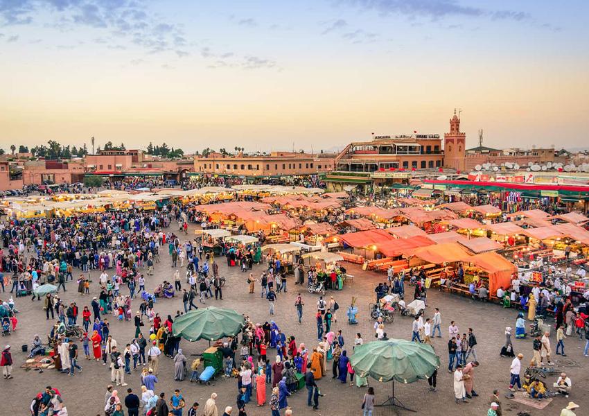 Площадь Джемаа-эль-Фна — одна из самых оживленных площадей в Африке с танцорами, музыкантами и кучей ресторанов.