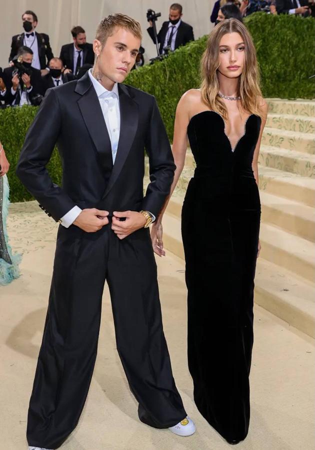 Джастин Бибер в костюме Drew и Хейли Бибер в платье Saint Laurent