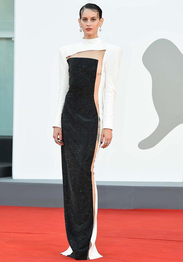 Милена Смит в платье Balmain и украшениях Bvlgari