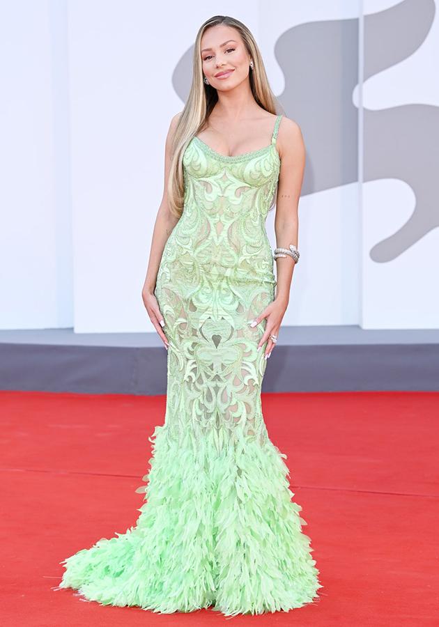 Эстер Экспосито в платье Atelier Versace и украшениях Bvlgari