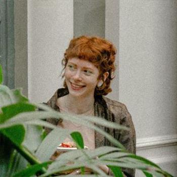 Анастасия Колесниченко — художница, выпускницам профиля «Коммуникационный дизайн» в Школе Дизайна НИУ ВШЭ