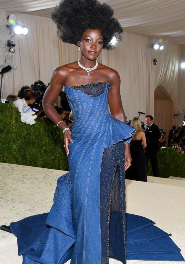 Люпита Нионго в платье Versace