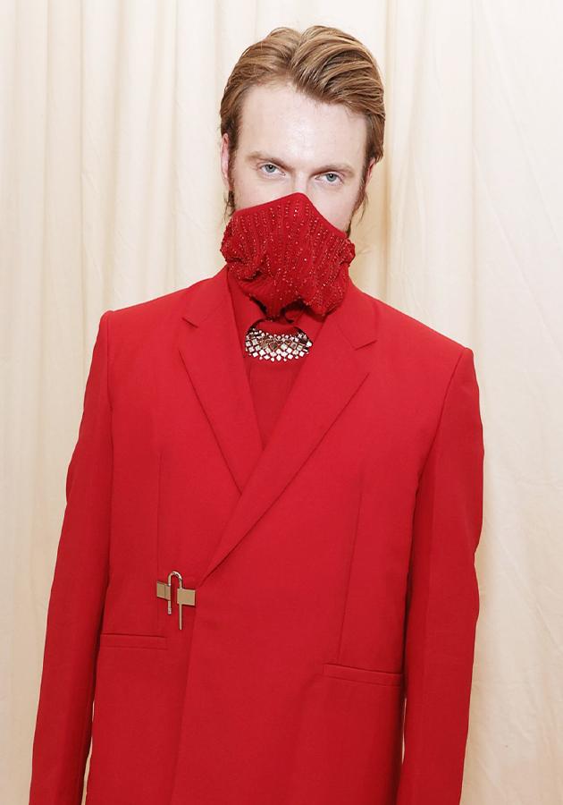 Финнеас О'Коннелл в украшениях Cartier