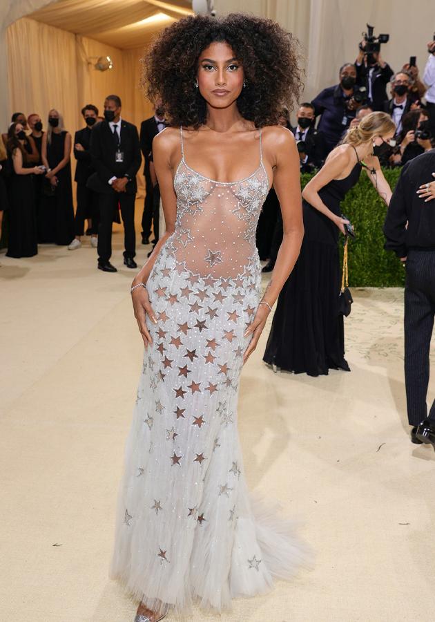 Имаан Хаммам в платье Atelier Versace