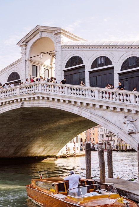 TravelБизнес: мост Риальто отреставрировали, домик Николая IIстанет отелем, авHôtel deCrillon— новое меню
