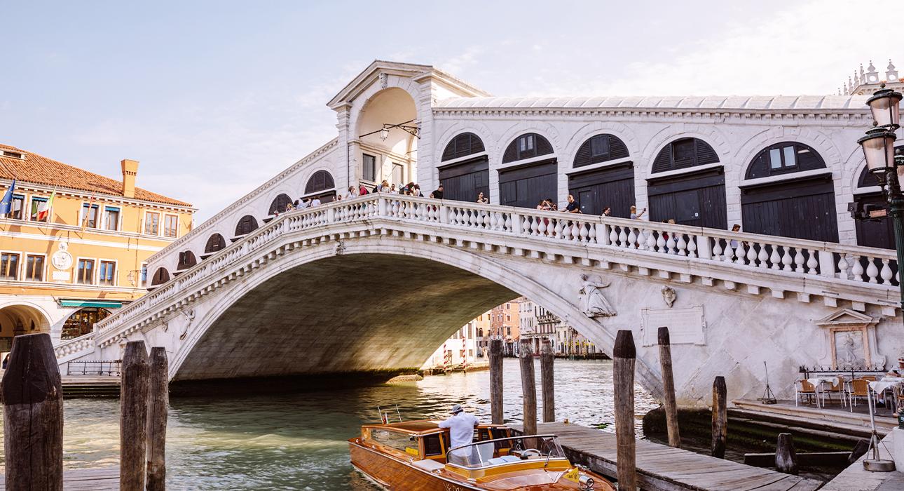 #TravelБизнес: мост Риальто отреставрировали, домик Николая II станет отелем, а в Hôtel de Crillon — новое меню