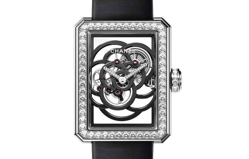 «Лучшие женские часы» Chanel— Première Camélia Skeleton    Первые женские часы Chanel смеханизмом собственного производства, который был создан к30-летию часового подразделения марки вэтом году. Очертания изящного ажурного механизма-скелетона напоминают любимый цветок Коко Шанель— камелию.