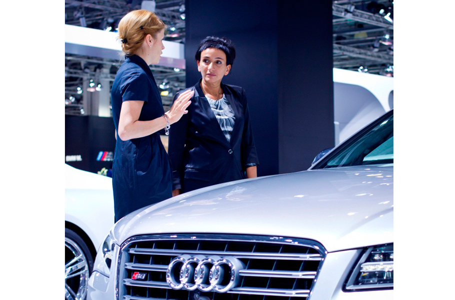 Художница и галерист Айдан Салахова и Дарья Храпова (Audi)