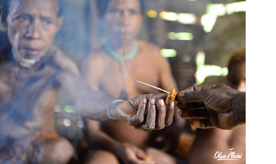 Ольга Мичи. В деревне племени коровай. Семья Дембула. Папуа u2014 Новая Гвинея