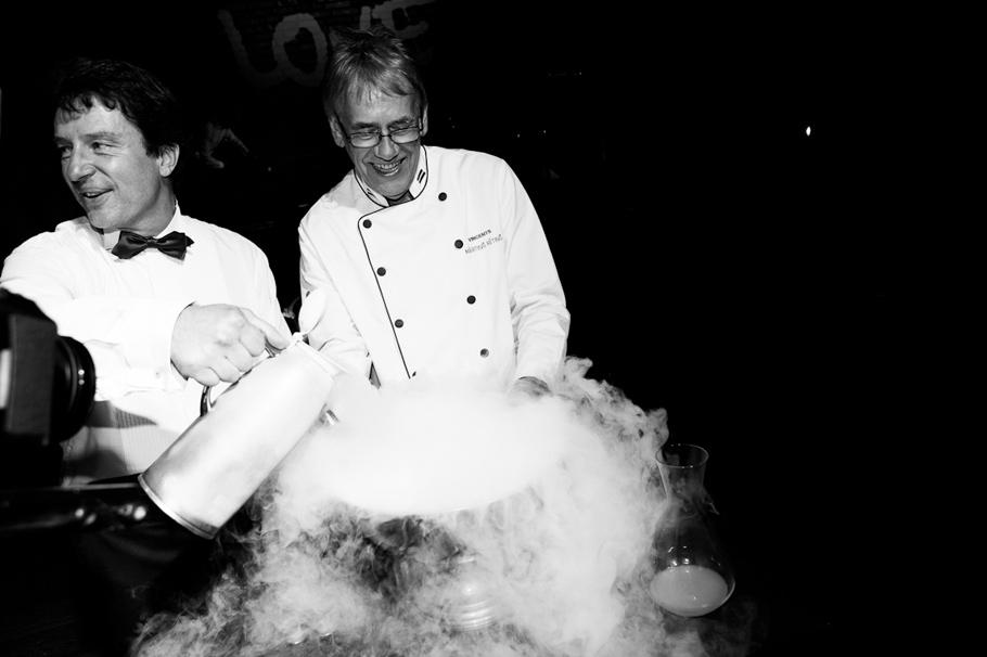Лучший шеф Латвии Мартин Ритиньш ( Vincents) впроцессе приготовления своего знаменитого сорбе
