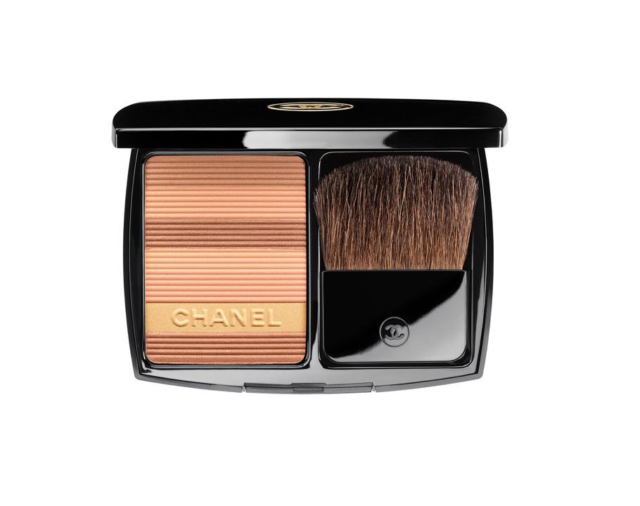 Бронзирующая пудра Soleil Tan deChanel Harmonie Poudre deSoleil, Chanel:светлые песочные оттенки придают коже летнее сияние, как после дня, проведенного насолнце. Аспомощью темных бронзовых оттенков можно красиво вылепить рельеф скул.