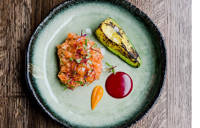 Тартар из лосося, авокадо гриль и айоли из свеклы