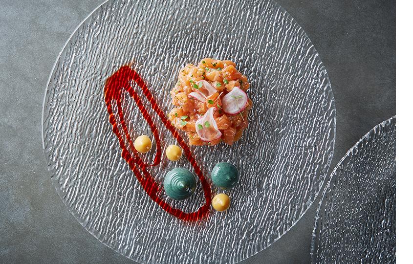 Тартар из лосося, соус из водорослей и апельсина