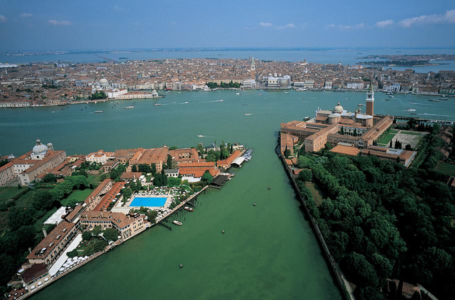Вид сверху на отель и центр Венеции