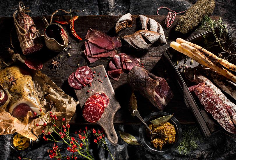 u00abТарелка охотникаu00bb — копченая оленина, шпек из кабана, салями из оленя и кабана, и гуся, траттория u00abЗолотоиu0306 козленокu00bb