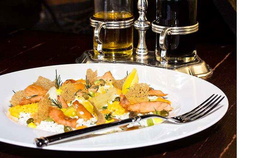 Салат из горбуши с луком-пореем и перепелиным яйцом