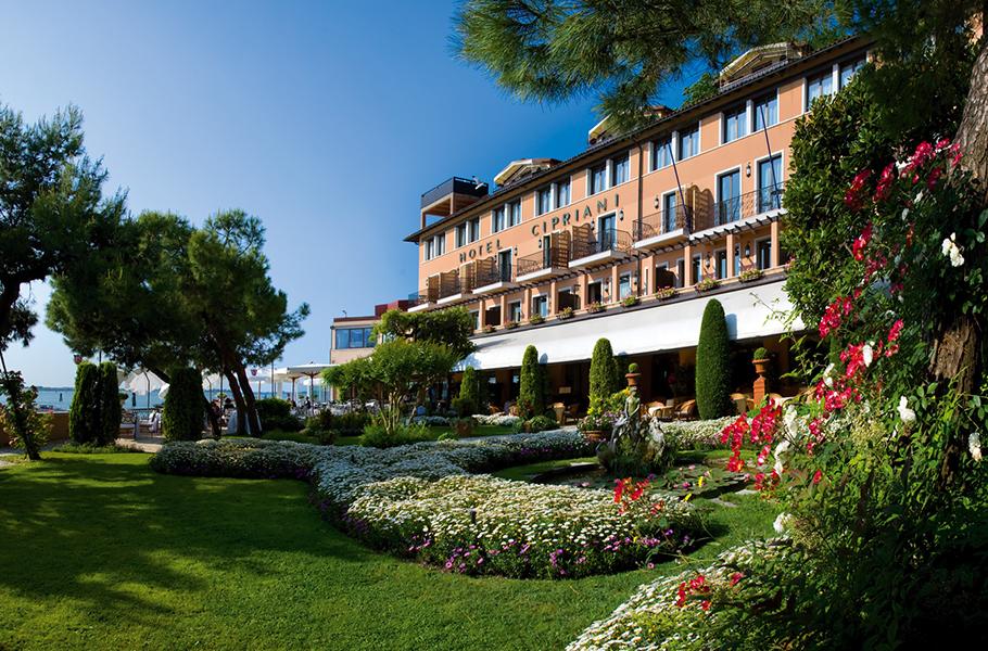Красивые сады вокруг отеля