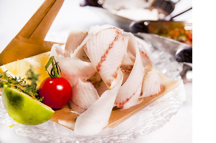 Строганина из муксуна с классическими соусами и Glenfiddich