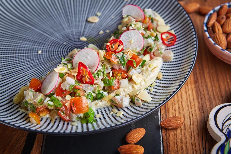 Тартар изсибаса стхиновой пастой, томатами иминдалем