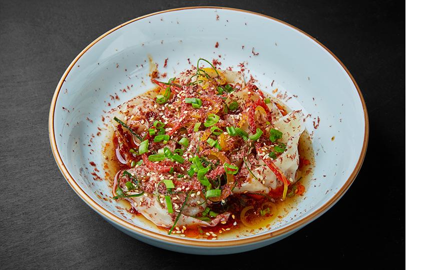 Вантоны с овощами и свининой и соусом из кровяной колбасы